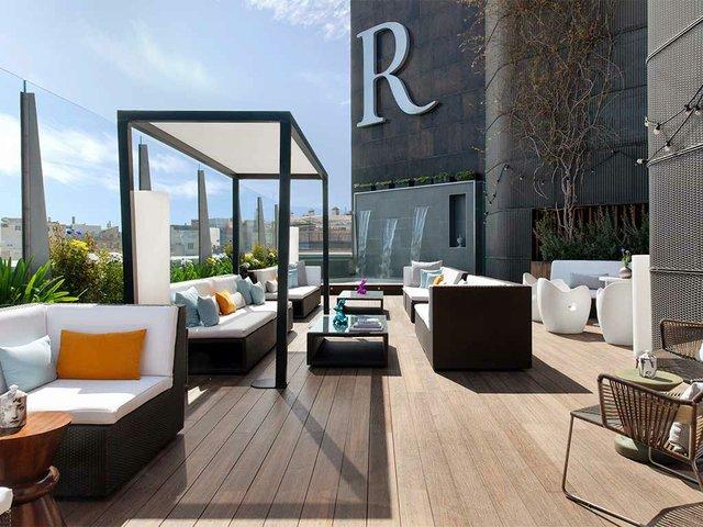spacious-outdoor-seating-Goja-Rooftop-Experience,-Renaissance-Barcelona-Hotel.jpg