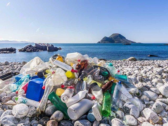 Marine-litter-on-the-beach.-Photo-by-Bo-Eide-(CC-BY-NC-ND-2.0)-01.jpg