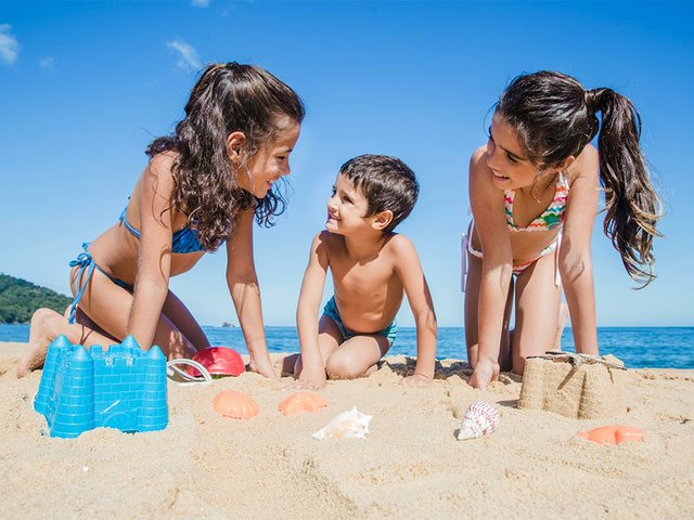 smiley-children-playing-beach.jpg