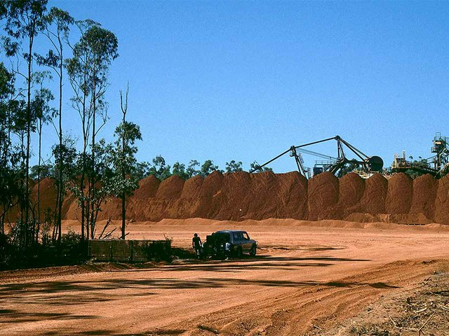 Comalco-bauxite-mine,-Weipa,-Queensland_Australia_photo-by-Urbain-J-Kinet,-No-restrictions,-via-Wikimedia-Commons.jpg