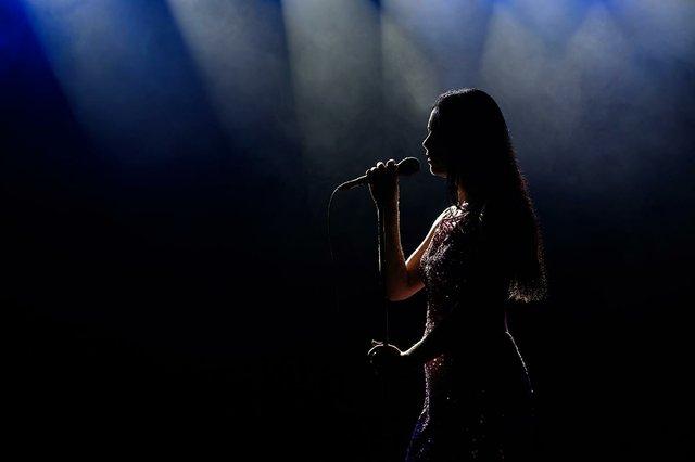 portrait-singing-woman-background.jpg