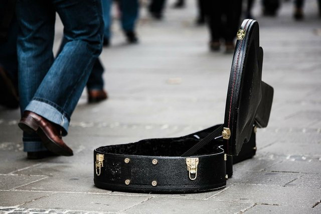 guitar-case-in-street-musicuan.jpg