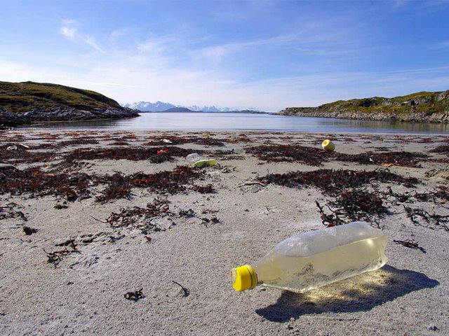 Marine-litter-on-the-beach.-Photo-by-Bo-Eide-(CC-BY-NC-ND-2.0)-04.jpg