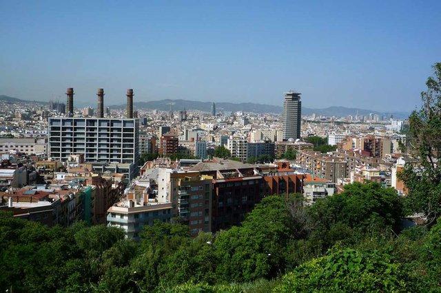 Vista-de-Barcelona-amb-les-Tres-Xemeneies-i-la-Torre-Colon-photo-by-Vicente-Zambrano-González.jpg
