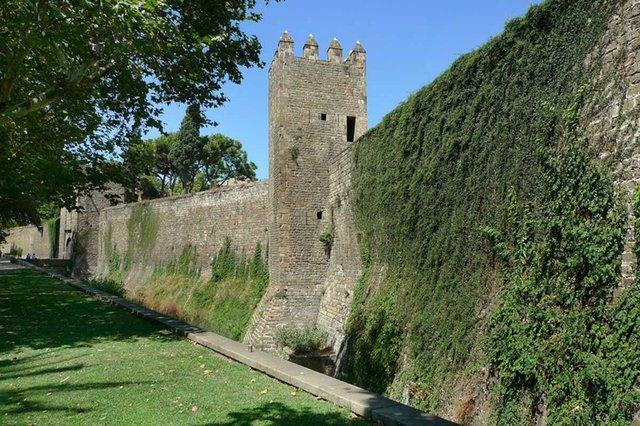 Muralla-gòtica-a-l'avinguda-del-Paral·lel-amb-torres-i-el-Portal-de-Santa-Madrona-photo-by-Vicente-Zambrano-González.jpg
