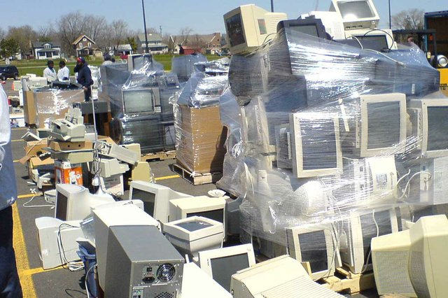E-Waste_Landfill-photo-by-George-Hotelling-from-Canton,-MI,-United-States,-CC-BY-SA-2.0.jpg