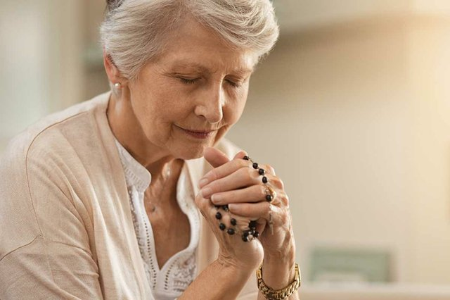 woman-praying-holding-rosary.jpg