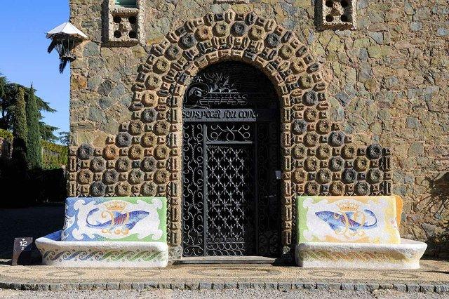 doorway of Torre Bellesguard (casa figueres) photo-by-Antonio-Lajusticia-Bueno.jpg