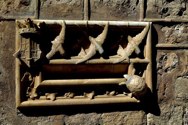 Casa-de-l'Ardiaca,-postbox-detail.-Photo-by-Angela-Llop-(CC-BY-SA-2.0)-via-Wikimedia-Commons.jpg