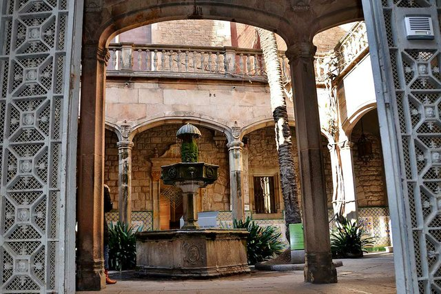 Casa-de-l'Ardiaca,-looking-into-the-interior-courtyard-photo-by-Maria-Rosa-Ferre-(CC-BY-SA-2.0)-via-Wikimedia-Commons.jpg