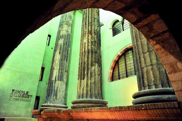 Columns from the Temple of Augstus photo by Antonio Lajusticia Bueno.jpg