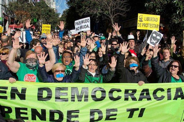 Demonstration-against-the-Gag-Law-in-Madrid-Dec-20-2014-photo-by-Carlos-Delgado-(CC-BY-SA-4.0)-04.jpg