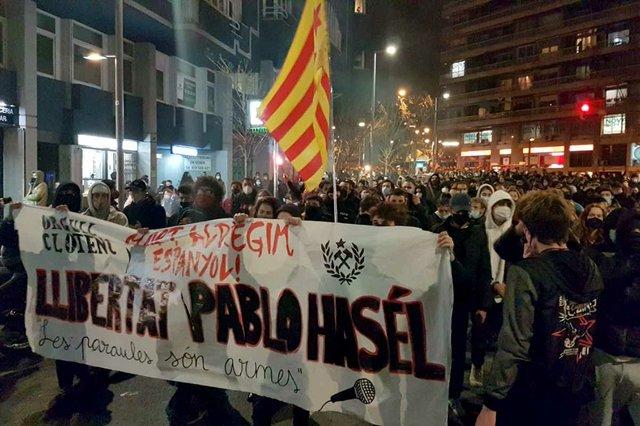 Manifestació-a-la-Riera-de-Cassoles-de-Barcelona-en-contra-de-l'empresonament-del-raper-Pablo-Hasél,-Feb-16-2021-photo-by-Jordiventura96-(CC-BY-SA-4.0)-.jpg