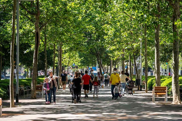 families-passejant-pels-carrers-photo-by-Mariona-Gil-courtesy-of-Ajuntament-de-Barcelona-(CC-BY-NC-ND-4.0.jpg