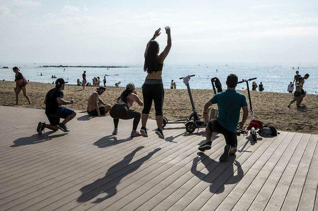 grup-de-persones-fent-exercicis-platge-photo-by-Edu-Bayer-courtesy-of-Ajuntament-de-Barcelona-(CC-BY-NC-ND-4.0).jpg