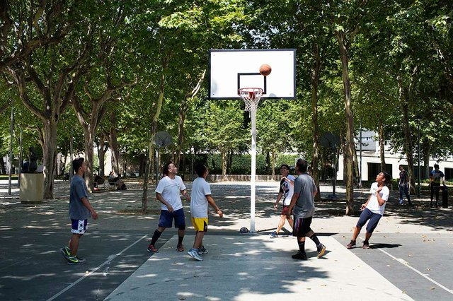 homes-jugant-a-la-pista-de-basquet-photo-by-Paola-de-Grenet-courtesy-of-Ajuntament-de-Barcelona-(CC-BY-NC-ND-4.0).jpg
