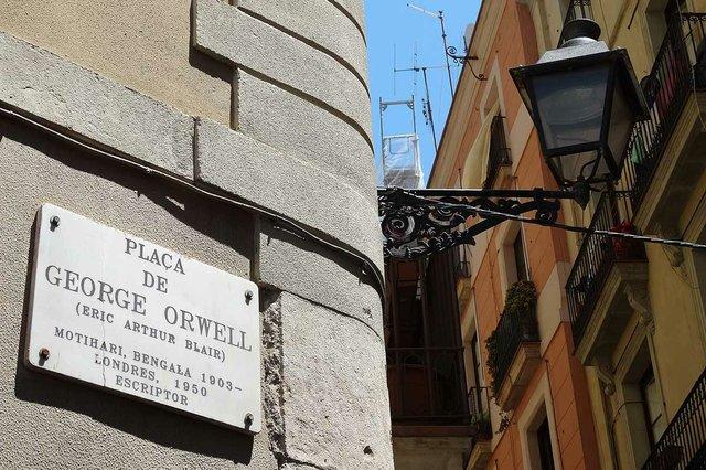Placa-de-George-Orwell-Sign-&-Lamppost-Barrio-Gotico-Barcelona-photo-by-Adam-Jones,-CC-BY-SA-2.0,-via-Wikimedia-Commons.jpg