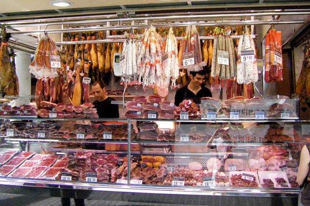 A_meat_stand_in_La_Boqueria-photo-by-Umiami09-,-Public-domain,-via-Wikimedia-Commons.jpg