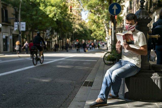 un-jove-aprofita-una-font-per-seure-photo-by-Mònica-Moreno-courtesy-of-Ajuntament-de-Barcelona-(CC-BY-NC-ND-4.0).jpg