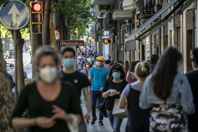 gent-caminant-pel-carrer-de-sants-ana-photo-by-Edu-Bayer-courtesy-of-the-Ajuntament-de-Barcelona-(CC-BY-NC-ND-4.0).jpg