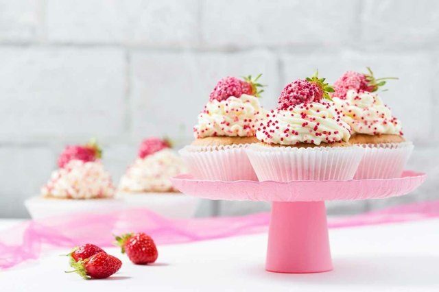 cupcakes-decorated-with-strawberries-pink-cake-stand.jpg