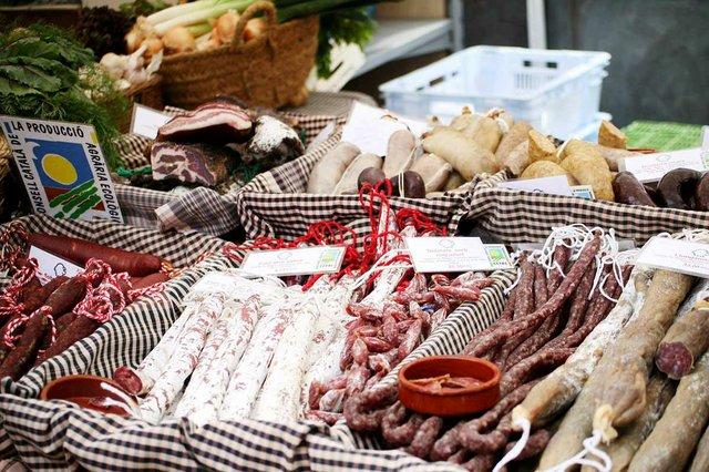embotits-stall-mercat-de-la-terra-barcelona-FB.jpg