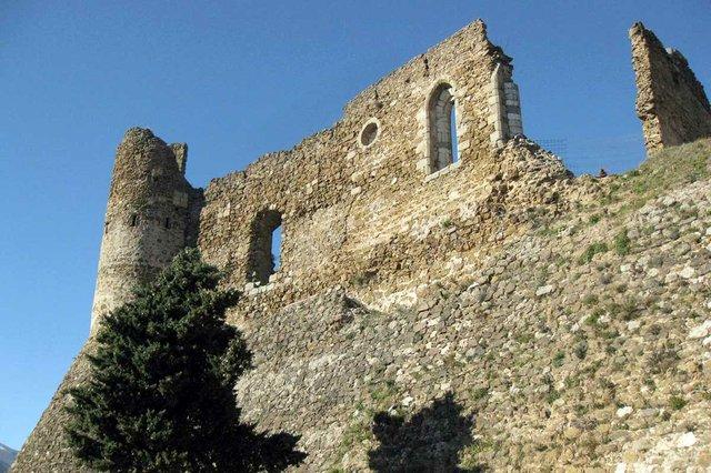 Castell_de_Montsoriu,_torre_sud_i_mur_de_la_capella-Enfo,-CC-BY-SA-3.0,-via-Wikimedia-Commons.jpg