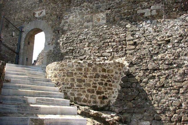 Entrada_al_recinte_sobirà_del_Castell_de_Montsoriu_Joan301009,-CC-BY-SA-3.0,-via-Wikimedia-Commons.jpg