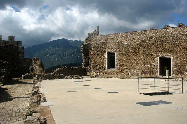 Pati_d'armes_del_Castell_de_Montsoriu-Joan301009,-CC-BY-SA-3.0,-via-Wikimedia-Commons.jpg