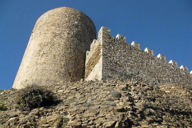 Castell_de_Montsoriu,_mur_est_del_recinte_sobirà_i_torre_mestra-Enfo,-CC-BY-SA-3.0,-via-Wikimedia-Commons.jpg