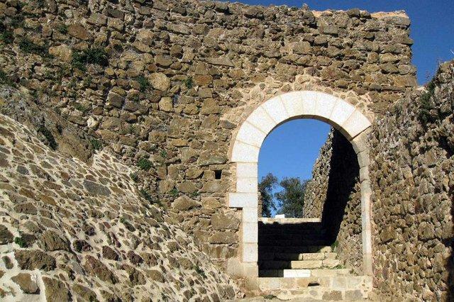 Castell_de_Montsoriu,_portal_del_recinte_exterior-Enfo,-CC-BY-SA-3.0,-via-Wikimedia-Commons.jpg