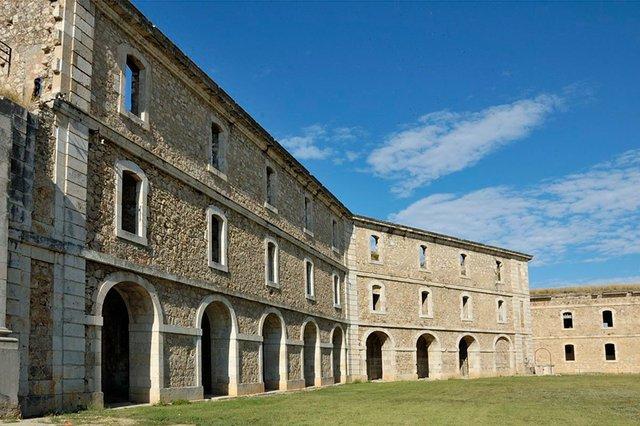 Castell_de_Sant_Ferran,_Figueres_Doronenko,-CC-BY-SA-3.0,-via-Wikimedia-Commons-02b.jpg