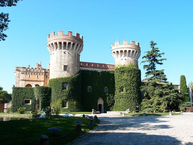 Castell_de_Perelada_photo by Gordito1869, via Wikimedia Commons.JPG