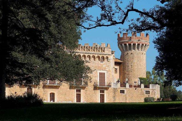 Castell_Peralada_photo-by-Gordito1869,-CC-BY-3.0,-via-Wikimedia-Commons.jpg
