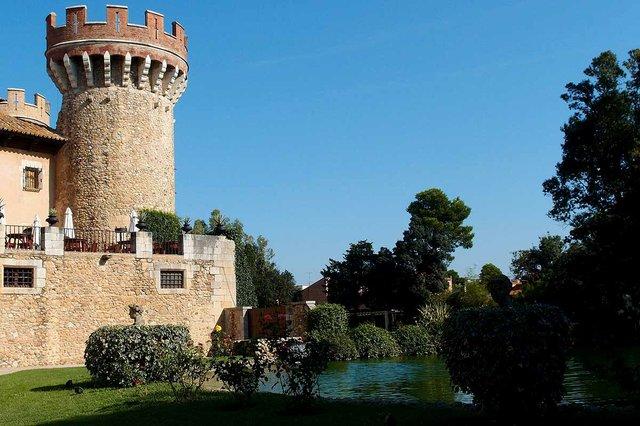 Castell_de_Peralada_Turm_Park-photo-by-Gordito1869,-CC-BY-3.0,-via-Wikimedia-Commons.jpg