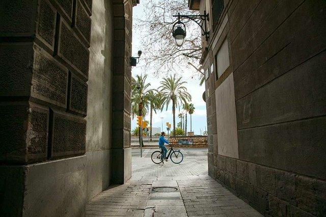 cyclist-on-swapfiets-bike-in-barcelona.jpg