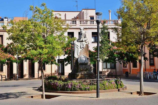 Monument_a_Eusebi_Güell_(Santa_Coloma_de_Cervelló)-MARIA-ROSA-FERRE-✿,-CC-BY-SA-2.0-,-via-Wikimedia-Commons.jpg