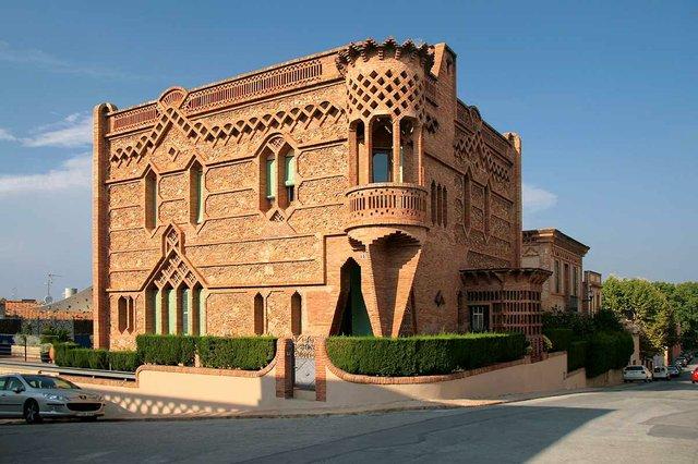 Colònia_Güell-_Ca_l'Espinal-Jorge-Franganillo-from-Barcelona,-Spain,-CC-BY-2.0,-via-Wikimedia-Commons.jpg
