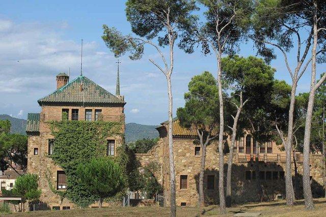 Casa_del_Mestre_i_escola,_Colònia_Güell-Enfo,-CC-BY-SA-3.0-,-via-Wikimedia-Commons.jpg