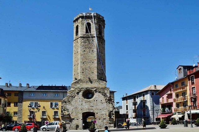 Campanar_de_l'antiga_església_de_Santa_Maria_(Puigcerdà)-MARIA-ROSA-FERRE,-CC-BY-SA-2.0-via-Wikimedia-Commons.jpg