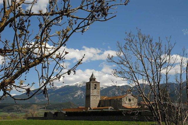 Santa_Maria_de_Talló,_amb_el_Moixeró_al_fons-photo-by-Enfo,-CC-BY-SA-3.0-,-via-Wikimedia-Commons.jpg