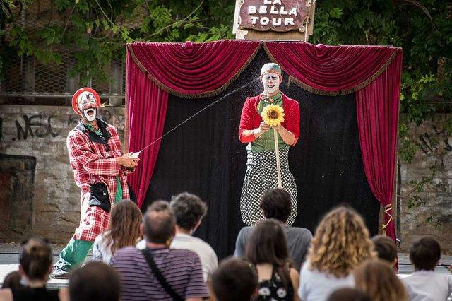 actuacio-de-dos-pallassos-a-lespectacle-La-Belle-Tour-photo-courtesy-of-Ajuntament-de-Barcelona-(CC-BY-NC-ND-4.0).jpg