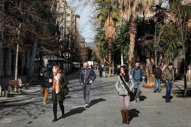 Barcelona-vianants-pel-carrer-denric-granados.jpg