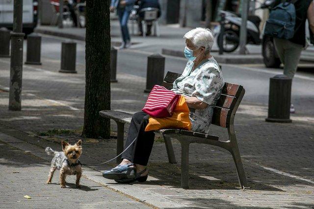 una-dona-descansa-en-un-banc-a-la-via-Júlia-photo-by-Edu-Bayer-courtesy-of-Ajuntament-de-Barcelona-(CC-BY-NC-ND-4.0).jpg