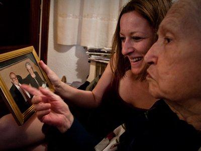 Joan visiting Amics member Eugenia on Sant Jordi Day earlier this year.