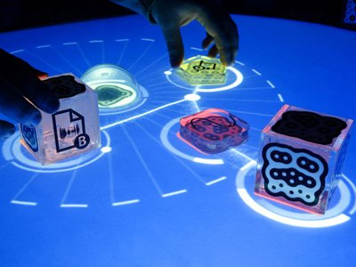 Carlos López plays the reactable